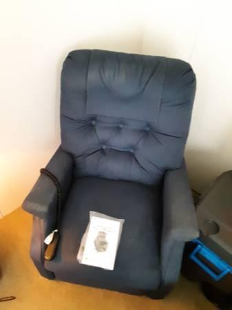 Photo Power liftrecliner chair...New queen bed, Serta Perfect Sleeper full - $1 (Clarkston)