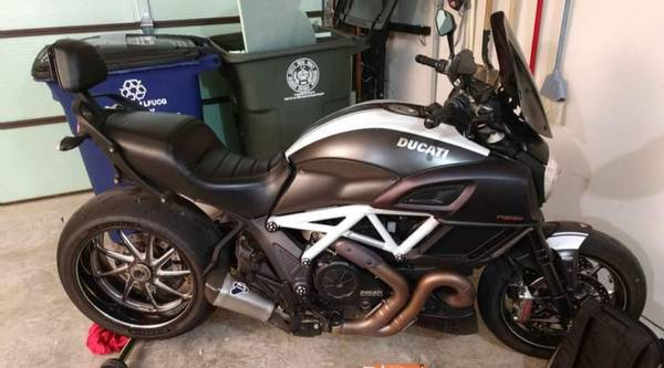 Photo 2015 Ducati Diavel Carbon - $11,800 (Lexington, KY)