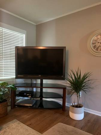 Photo 52quot Sony Bravia TV and swivel stand - $200 (Versailles (10 minutes from the airport))