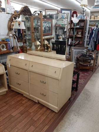 Photo Antique dresser and mirror  2 matching nite stands - $159 (Sonerset ky)