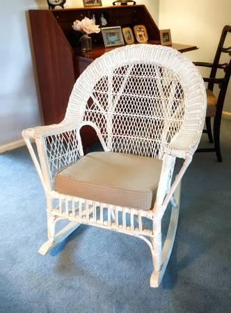 Photo White wicker rocking chair - $50 (Lexington)