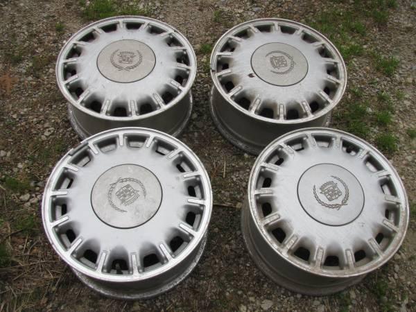 Photo 1993 Cadillac Allante Aluminum Wheels and hubcaps (Van Buren Ohio)