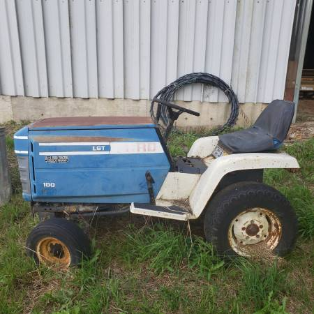 Photo Ford small fixer upper tractor - $200 (Coldwater)
