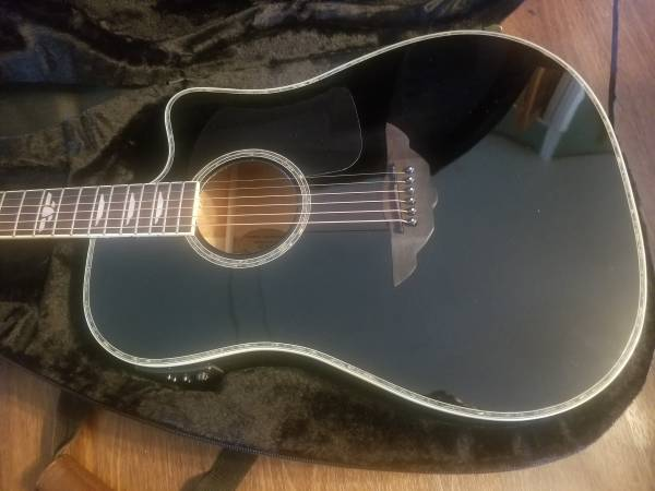 Photo KEITH URBAN ELECTRIC ACOUSTIC GUITAR NEVER USED - $250 (Vanlue)