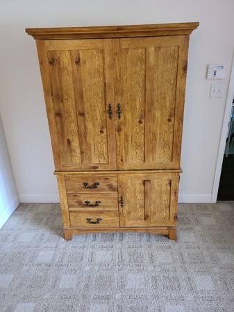 Photo Large armoire dresser (Lancaster)