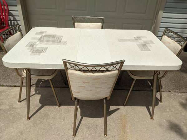 Photo Vintage kitchen table and chairs - $200 (Van Wert)