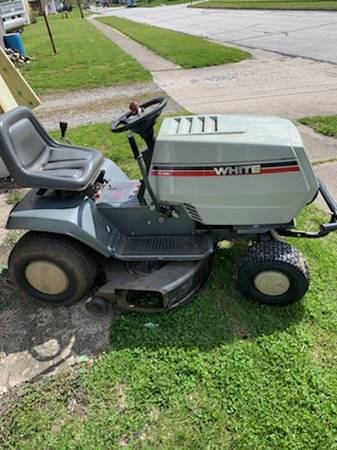 Photo White lt-145 riding lawn mower very nice - $450 (St Marys)