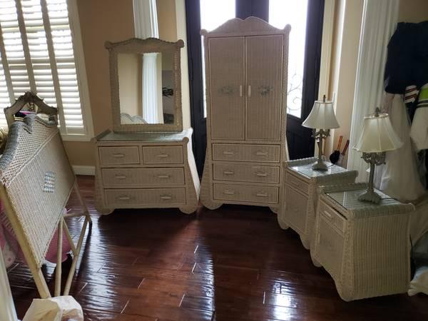 Photo Wood Wicker Queen Bedroom Set PIER ONE IMPORTS - $650 (North Baltimore)