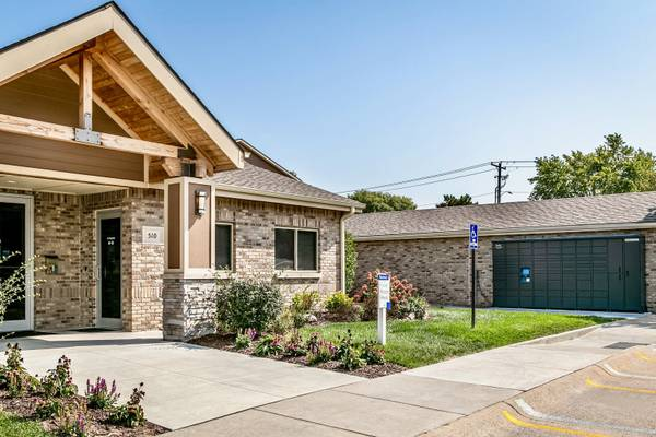 Photo Immediate Move In Studio w outdoor greenspace (510 Surfside Drive, Lincoln, NE)