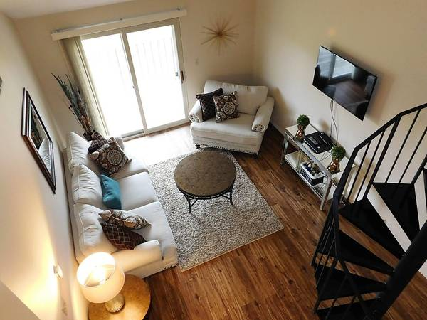 Photo Third Floor 3 Bedroom With WD In Unit Available Now (Lincoln)