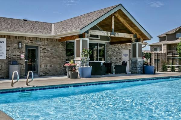 Photo Vaulted Ceilings, Beautiful Upgrades, Pool View (510 Surfside Drive, Lincoln, NE)