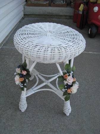 Photo Vintage White Wicker Vanity Chair - $40 (Lincoln)