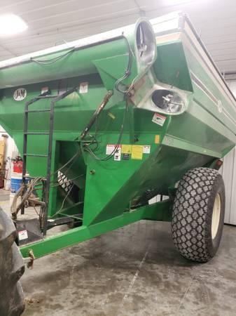 Photo grain cart j and m 750 - $15,000 (prague)