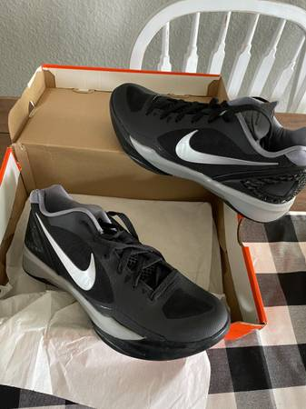 Photo Nike womens volleyball shoes - $45 (Greenbrier)