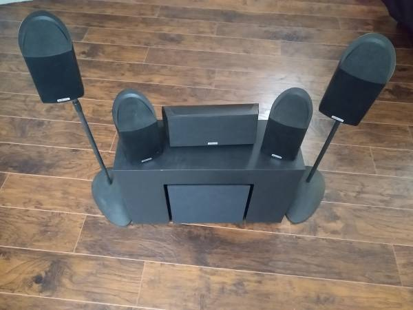 Photo Polk Audio 5 compact satellite speakers and a powered subwoofer - $150 (Benton)