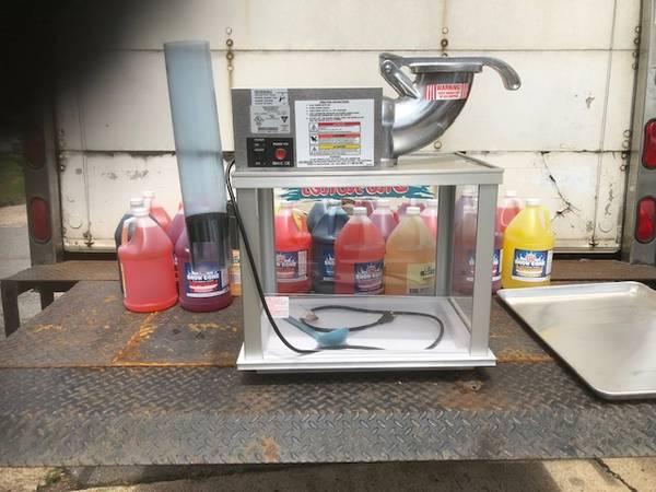 Photo Snow cone machine - $750 (Searcy)