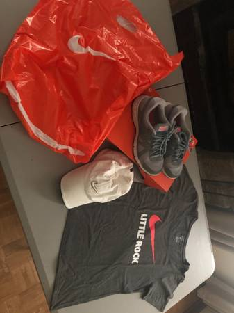 Photo WOMENS NIKE SHOES HAT SHIRT SET - $20 (Maumelle)