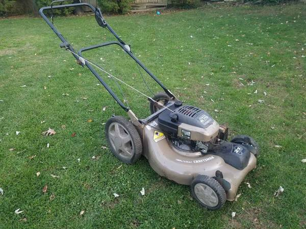 Photo CRAFTSMAN 21 WIDE SELF PROPELLED LAWN MOWER STARTS RIGHT UP WORKS AOKNo bag - $100 (Greenlawn)