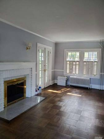 Photo Can you see it Home in Port Washington. 3 Beds, 2 Baths (Port Washington)