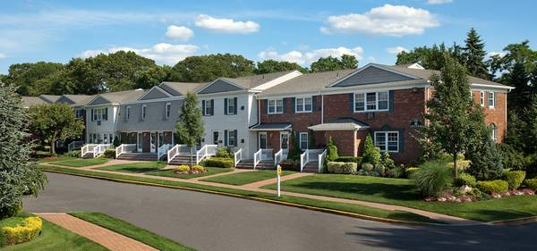 Photo FAIRFIELD VILLAGE AT COMMACK SPECIAL $1000 SECURITY DEPOSIT. GRANITE (Commack)