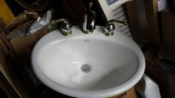 Photo Kohler Sink with Moen Faucet like new. - $50 (Albertson)