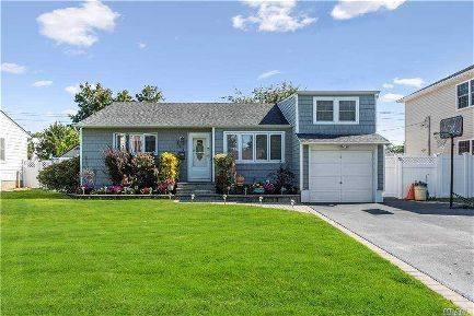 Photo Large Family Room And A Full Basement (111 Dean St, Hicksville, NY,)