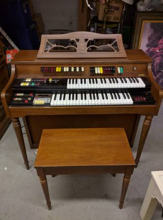 Photo Lowrey Bell  Howell Music Model Organ Fantastic condition wbooks - $320 (Farmingdale, NY)