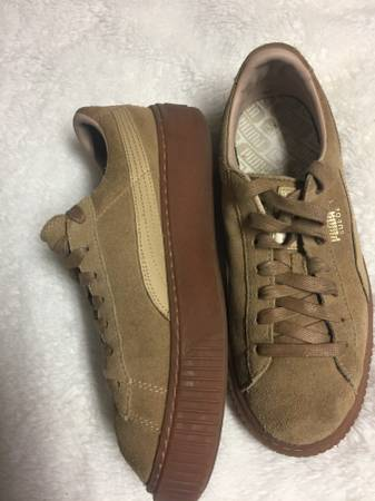 Photo PUMA- AWESOME SUEDE PLATFORM COURT SNEAKERS, MINT SIZE 9 - $40 (MINT CONDITION THICK NATURAL GUM SOLES)