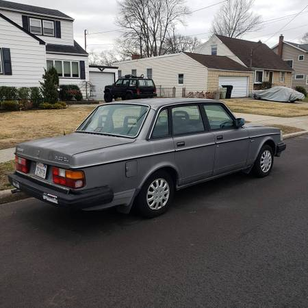 Photo Volvo 240 - $2000 (West Babylon)