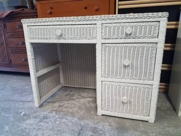 Photo White Wicker Computer Desk - $60 (West Babylon)