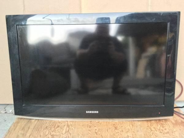 Photo 32 Samsung LCD HDTV Television andor Computer Monitor LN32B360C5D - $40 (Sunland)