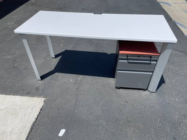 Photo 50 WHITE DESK WITH DRAWERS....... (North Hollywood)
