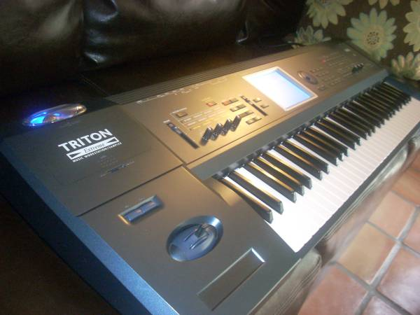 Photo Korg Triton Extreme 61 Key Synthesizer MINT Condition - $1 (canoga park)