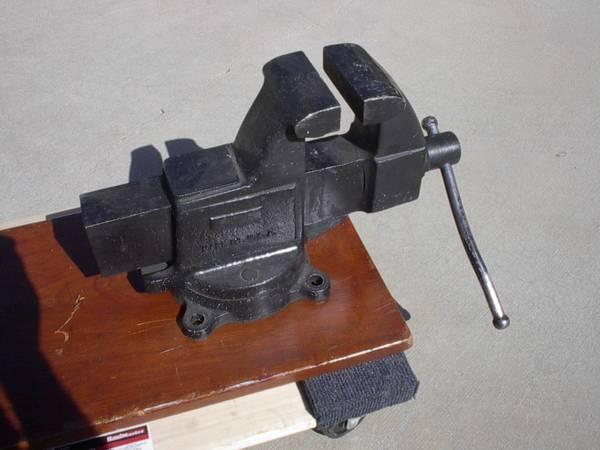 Photo Large Vise Vintage USA Bench Vice 4.5quot Jaws - $200 (LANCASTER)