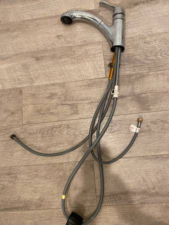 Photo Moen Chrome pull-out kitchen faucet - $40 (Carson)