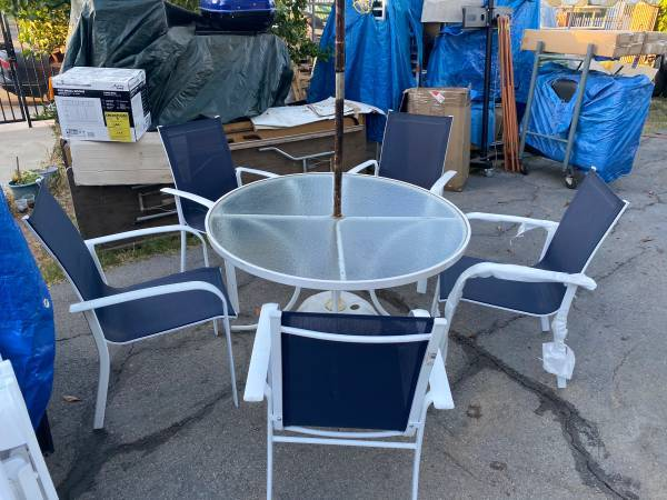 Photo ROUND TABLE PATIO SET CHAIRS BLUE WHITE UMBRELLA FREE DELIVERY - $299 (Woodland Hills, Ca.)