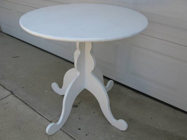 Photo WHITE ROUND KITCHEN DINNING TABLE - $75 (Canoga Park)