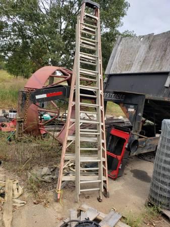 Photo 12 ft Fiberglass ladder 639 ladder 1039 extension ladder - $150