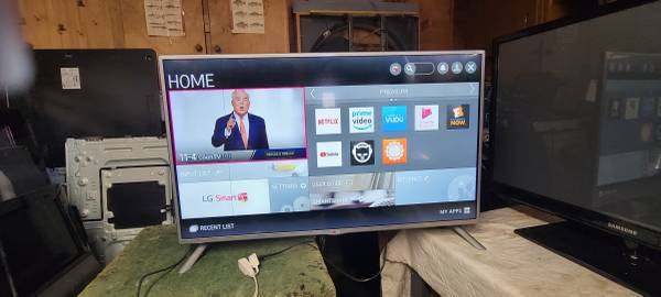 Photo 42quot led hd smart tv with remote has a line in it - $125 (fairdale)