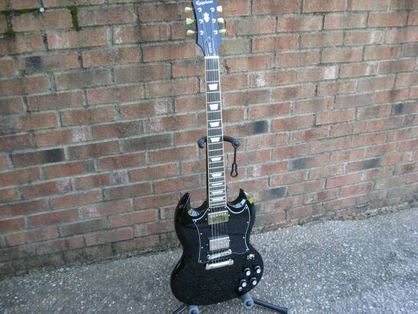 Photo NICE 2018 Epiphone SG 400 PRO Guitar with SKB Case - $400 (Georgetown, In)