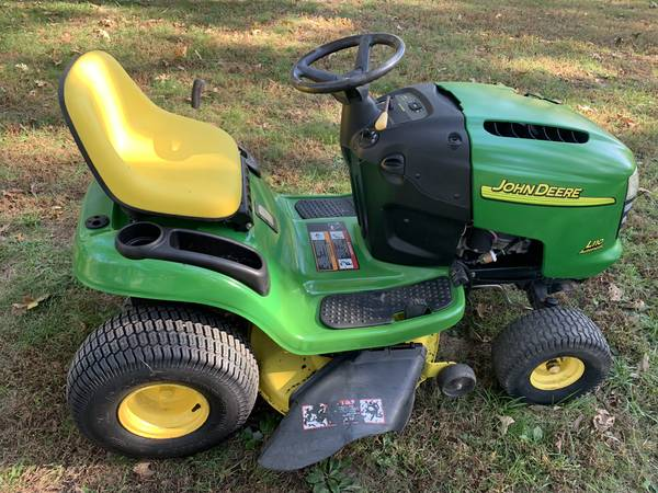 Photo John Deere riding mower L110 - $650 (Eldon)