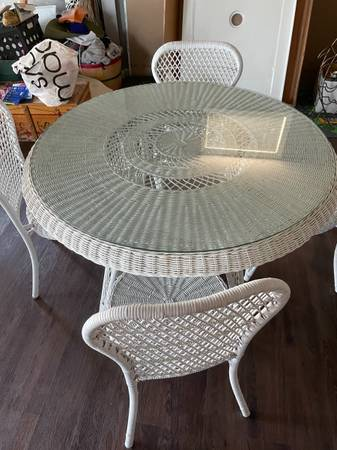 Photo White wicker glass top table and 4 chairs - $250 (Sunrise Beach)