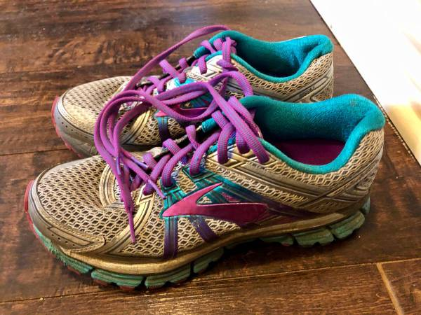 Photo Womens Brooks Running Shoes Size 8 - $10 (Lubbock)