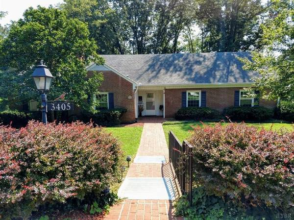 Photo Home with TONS of room Main Level gives you a BRIGHT Sun Room (Lynchburg, VA)