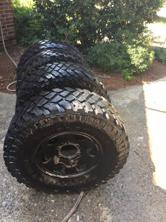 Photo 31x10.50x15 Toyota Tacoma Black 4x4 wheel and tires - $250 (Eatonton)