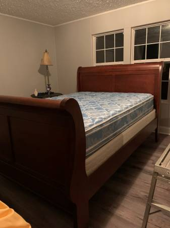 Photo Sleigh bed and mattresses - Queen size - $500 (Macon)