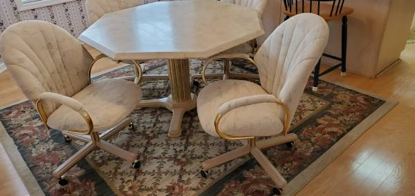 Photo Vintage Kitchen Dinette - Table and Four Chairs - $150 (Warner Robins)