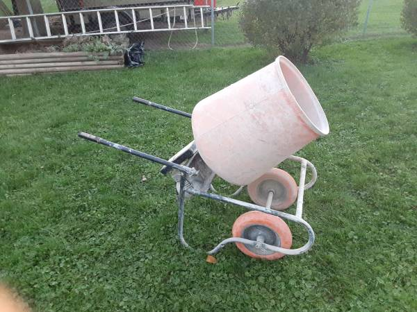 Photo Cement or concrete mixer - $150 (Stoughton)