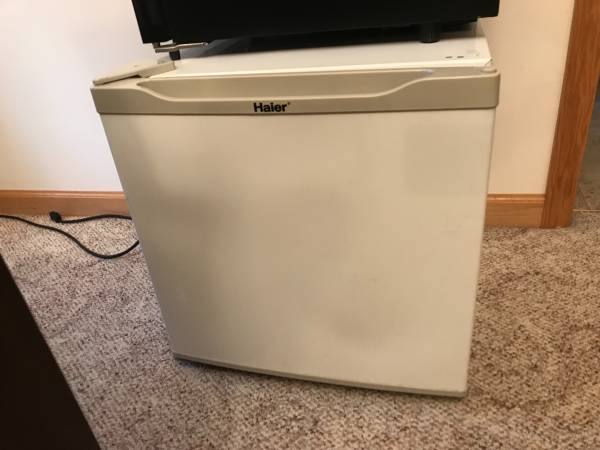 Photo Free non-working Mini fridge, wine cooler and dehumidifier (Sun Prairie)
