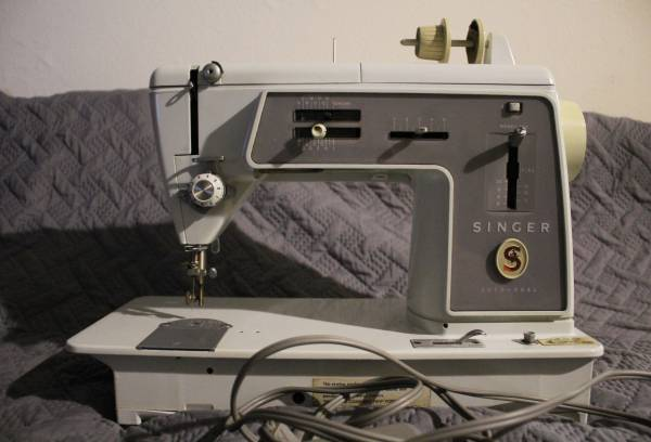 Photo Singer Touch  Sew  Auto-Reel Model 600e Sewing Machine 196539ish - $125 (Monona, WI)
